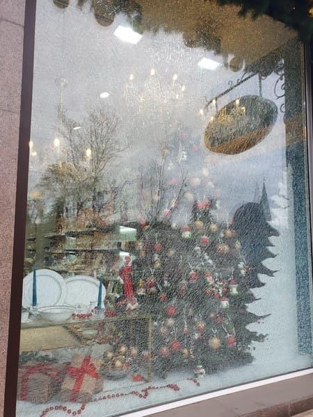 Замена стеклопакета в магазине «Богемия» в городе Ростов